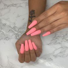 Semi-permanent varnish, false nails, patches: which manicure to choose? - My Nails Summer Acrylic Nails, Best Acrylic Nails, Acrylic Nail Designs, Summer Nails, Matte Pink Nails, Gel Nails, Nail Polish, Coffin Nails Matte, Purple Nail