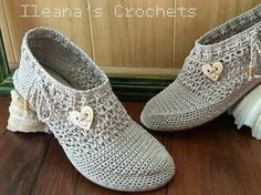 Tutorial ~ Crochet shoes are among the main trends this season.the shoe or sneaker crochet is very comfortable to stay at home or for a walk. Crochet Sandals, Crochet Boots, Crochet Slippers, Crochet Yarn, Fashion Trends 2018, Crochet Slipper Pattern, Shoe Pattern, How To Make Shoes, Slipper Socks