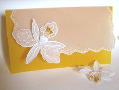 Convite em papel vegetal com desenhos em relevo e aplicação de flor 3D, trabalhada em relevo e perfurados. Consulte a dispoibilidade de cores. Pedido mínimo: 20 unidades. R$ 13,00
