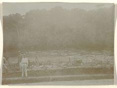 anoniem | Aanleg van een spoorweg bij de Sarakreek in Suriname, attributed to Jacob Evert Wesenhagen, 1905 - 1910 | Aanleg van de Lawaspoorweg in Suriname in de jaren 1903-1912, bij de Sarakreek in Suriname. De opzichter Overlaan, een Chinese huisjongen en een fotograaf aan het werk. Onderdeel van een groep objecten afkomstig van de familie Wesenhagen in Suriname.