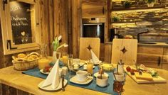 Chalet Suite im Bayerischen Wald - Mit Sauna, Whirlpool uvm. Table Settings, Home, Woodland Forest, Table Top Decorations, Ad Home, Place Settings, Homes, House, Dinner Table Settings