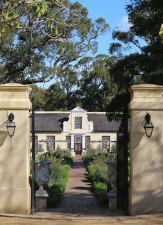 Vergelegen South Africa Cape Town winery Marie Viljoen ; Gardenista Townhouse Garden, Modern Townhouse, Dutch House, Dutch Door, Beautiful Gardens, Beautiful Homes, Modern Outdoor Kitchen, Outdoor Kitchens, Dutch Gardens