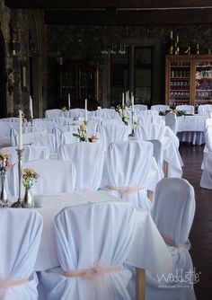 Universelle Stuhlhussen passend zu allen Stuhlgrössen. Elegant mit Organza-Schleifen dekoriert von Weddstyle. http://www.weddstyle.de/stuhlhussen-mieten.html