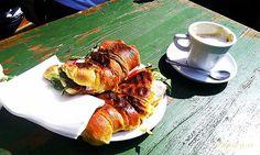 Así son los desayunos alrededor de todo el mundo-Portugal, medialuna gigante rellena de vegetales y queso, y un cafecito.