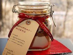 Cookie kit in a jar Christmas Crafts, Merry Christmas, Mason Jar Wine Glass, Cookie Jars, Recipies, Food Porn, Cookies, Tableware, Gifts