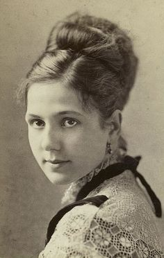 vintage everyday: 37 Lovely Portraits of Victorian Teenage Girls From Between the and Victorian Portraits, Victorian Photos, Victorian Women, Victorian Era, Victorian Hair, Vintage Pictures, Old Pictures, Vintage Images, Old Photos