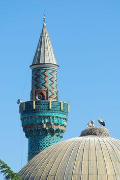 Yeşil cami/İznik/Bursa/// Cami şehrin doğu tarafında Lefke kapısına yakındır. Minaresinde Selçuklu mimarisi izleri taşır. Mermerden yapılan mihrabında güçlü bir taş işçiliği vardır. Turkuaz, yeşil ve mor çinilerle zikzaklı motifte kaplanan minaresi camiye adını verir.