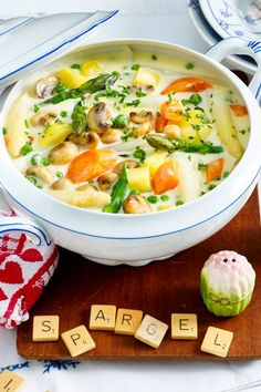 Spargelragout From two different colorful # vegetables and filling # potatoes we simmer in a flash a delicious # spring stew. Easy Casserole Recipes, Easy Soup Recipes, Vegetarian Recipes Dinner, Easy Healthy Recipes, Dinner Recipes, Easy Meals, Cooking Recipes, Vegan Recipes, Quick And Easy Soup