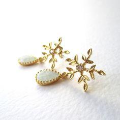 Snowflakes...雪の結晶とペールブルーガラスのピアス|Maumoon Jewelry|Creema