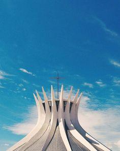 "84 Me gusta, 9 comentarios - A L I C E (@alicesalesg) en Instagram: ""B R A S Í L I A . . . #church #photo #sky #blue #vsco #vscobrasil #architecturephotography…"""
