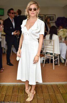 Sienna Miller flashes her cleavaget Wimbledon men's finals | Daily Mail Online