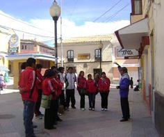 """City Tour """"Gesta Libertaria Potosí"""" Guia explicando a estudiantes."""