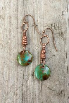 jewelry making earrings Green Czech Glass Drop Coin Earrings with Copper 28 us - Small copper drop earrings with a brilliant green and brown swirled Czech glass disc. Very light weight, approx in length. I Love Jewelry, Copper Jewelry, Glass Jewelry, Body Jewelry, Jewelry Design, Jewelry Making, Hair Jewellery, Jewelry Rack, Beaded Earrings