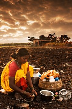 Shot of a local lady preparing breakfast in the fields in India Tea Culture, India Culture, We Are The World, People Of The World, Namaste, Art Magique, Village Photography, Travel Photography, Village Photos