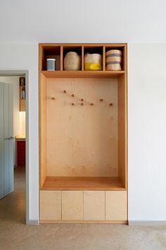Cozy Living Rooms, Living Spaces, Flur Design, Bungalow Renovation, Smart Storage, Storage Ideas, Built In Wardrobe, Smart Home, Built Ins