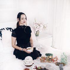 Δείτε αυτή τη φωτογραφία στο Instagram από @xeniamorogianni  #flatlay #layat #mimimal #bedroomdecoration #bedroom #black #white #ootd