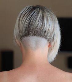 carré-plongeant-court-nuque-dégagée-blond