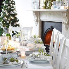 elegant Christmas table decoration in silver and green christmas crackers silver ornaments Table Setting Design, Elegant Table Settings, Table Setting Inspiration, Elegant Christmas, Christmas Makes, Green Christmas, Cottage Christmas, Christmas Lunch, Christmas Crackers