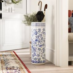 Use green flowerpot for umbrella stand near door White Umbrella, Buy Umbrella, Umbrella Holder, Umbrella Stands, Wooden Posts, Exotic Art, Entryway Organization, Rack Design, Faux Plants