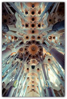 La Sagrada Familia, Barcelona              Ik ben zelf ooit in deze kerk geweest en ik vind het heel knap hoe alles is gemaakt. Er is heel goed over nagedacht en het ziet er allemaal heel indrukwekkend uit. De kerk is al oud, maar ook weer niet omdat er steeds iets nieuws wordt bijgebouwd.