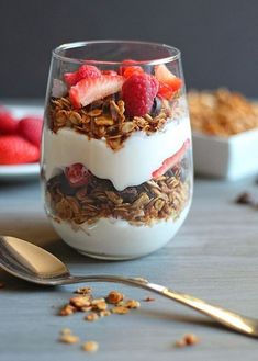 50 Easy to Make Breakfast Recipes – Chocolate Chocolate and More! 50 Easy to Make Breakfast Recipes: Healthy Homemade Granola Parfait Think Food, Love Food, Granola Parfait, Yogurt And Granola, Fruit And Yogurt Parfait, Easy To Make Breakfast, High Protein Breakfast, Breakfast Parfait, Breakfast Healthy