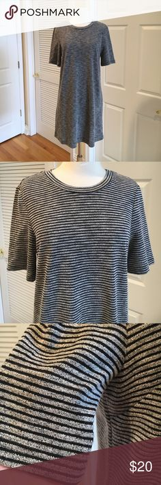 H&M striped dress 🐠Excellent condition. Small zipper in the back. Lots of stretch. Not fitted. H&M Dresses Midi