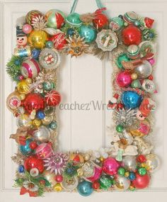 Our tutorial and 30 tips to make your own vintage Christmas ornament wreath - Retro Renovation Vintage Christmas Crafts, Retro Christmas Decorations, Vintage Ornaments, Christmas Projects, Holiday Crafts, Vintage Wreath, Vintage Diy, Victorian Christmas, Vintage Santas