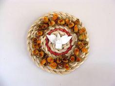Mandala feita com fundo de palha, divino de madeira e flores de plástico. Tamanho aproximado: 18 cm de diâmetro. R$ 20,00