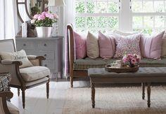 Salon cosy rose, parme et gris