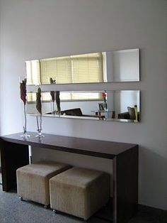 Sala com espelho retangular