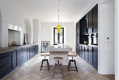 Traditional Home Decor French Oak Herringbone Floor - Source: Trunk Surfaces.Traditional Home Decor French Oak Herringbone Floor - Source: Trunk Surfaces Black Kitchens, Luxury Kitchens, Home Kitchens, Kitchen Interior, Kitchen Decor, Parisian Kitchen, Deco Design, Decorating Small Spaces, Beautiful Kitchens