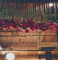 #BudgetWedding? #TWHRecommends to be different add Hanging Flowers above the Tables or a Walkway! This will definitely spruce up your Funk Quotient...What Say? #obsessedwithhangings #roses #greens #India #weddingplanner #engagement #weddinggoals #overfamilytable #simpleandclassy #floralworks #decorideas #love Pic Courtesy - RobertBlinForS