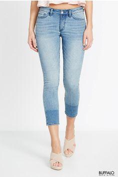 Le jean court est idéal pour un vendredi décontracté, une promenade de week-end, ou même un dîner entre amis. Ce jean droit tendance de Buffalo est doté d'une taille mi- haute, d'un effet usé subtil, de moustaches, de cinq poches, de broderie sur les poches arrière, de boucles de ceinture, d'un bouton et d'une fermeture éclair. 68% coton, 20% polyester, 11% rayonne, 1% spandex.