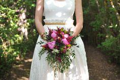 Ramo de novia bucólico, de estilo silvestre {Foto, Días de vino y rosas fotografía} #ramodenovia #bridalbouquet #tendenciasdebodas