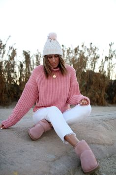www.chonandchon.com manteau fausse fourrure et pull côtelé rose Pull Rose, Zara, Ugg, White Jeans, Pink, Cozy, Pullover, Knitting, Sweaters