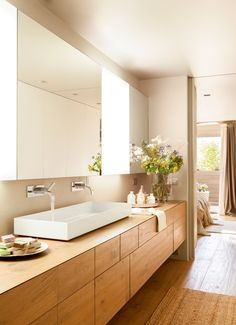00406258. Lavamanos rectangular con dos griferías empotradas y de superficie. Mueble bajolavabo en madera y espejo grande 00406258