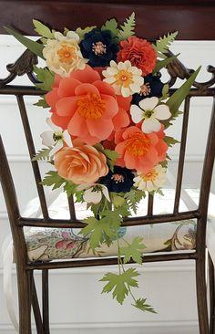 Flores de papel puerta decoración por morepaperthanshoes en Etsy