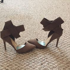 """Pointy Toe Bow Heel in Nude. """"Suede"""" look a like adorable bow heel. Velcro around the ankle for better adjustment and a nice fit. Ordered online and never worn. A great go to shoe for any occasion. A copy of a designer shoe for a better price. Will include comfort pads. Shoe box available if requested. Just ask. Wild Diva Shoes Heels"""