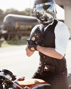 Retro Motorcycle Helmets, Motorcycle Style, Motorcycle Outfit, Riding Helmets, Virago Cafe Racer, Cafe Racer Bikes, Scrambler, Leather Driving Gloves, Leather Gloves