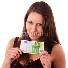 Junge Frau mit 100 Euro Geldschein in ihren Händen.