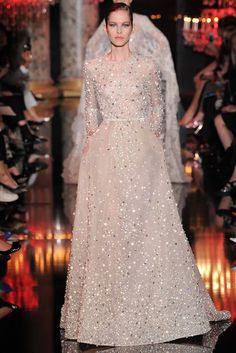 Elie Saab Fall 2014 Couture Fashion Show Collection: See the complete Elie Saab Fall 2014 Couture collection. Look 44 Elie Saab Couture, Haute Couture Paris, Haute Couture Fashion, Couture 2015, Couture Bridal, Fashion Moda, Look Fashion, Runway Fashion, Fashion Show