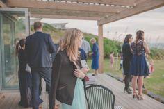 Juliette und John haben eine besonders idyllische Hochzeit gefeiert. Mitten in der Natur am Meer haben sie sich ein Hotel ausgesucht, welches nicht unweit der lokalen Kirche war. So fanden sich alle Familienmitglieder zum getting ready in der Hochzeitssuite ein und genossen die entspannte Atmosphäre. Besonders der First Look mit ihrem Vater war für Braut Juliette ein bewegender Moment. Am Meer, Kirchen, Moment, Wedding, Dresses, Fashion, Members Of The Family, New Zealand, Father