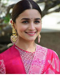 Alia Bhatt is currently the ruling lady of Bollywood . Bollywood Jewelry, Bollywood Fashion, Indian Celebrities, Bollywood Celebrities, Aalia Bhatt, Alia Bhatt Cute, Bollywood Designer Sarees, Beautiful Bollywood Actress, Hello Beautiful