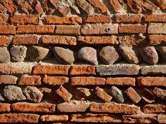 Détails d'un mur de brique typiquement toulousain