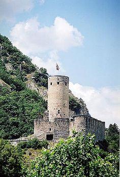 Le château de la Bâtiaz se trouve à Martigny dans le canton du Valais en Suisse.