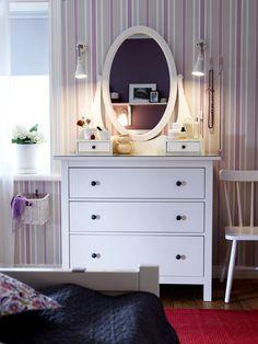 Adicionem um espelho sobre a cómoda e criem um posto para se mimarem.