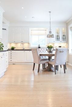 Herskapelig og elegant hos Hilde Dining Bench, Elegant, Kitchen, Table, House, Furniture, Space, Home Decor, Scandinavian