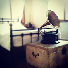 antique phonograph, want one of these!
