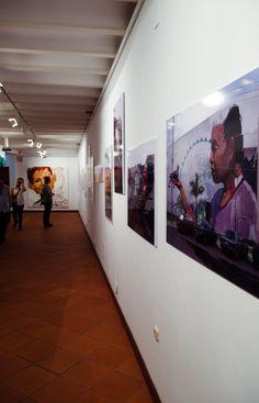 """Sala de Exposiciones de La Corrala de Santiago donde se encuentra la exposición """"Sex, El Niño de las Pinturas. 20 Años de cara a la pared"""" hasta el próximo 4 de Julio. Foto: Lidia Fernández."""