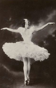"""Ballerina Anna Pavlova - She is most recognized for her creation of the role The Dying Swan. (Today the role would be known by the ballet production since renamed """"Swan Lake. Anna Pavlova, Historia Do Ballet, Ballerine Vintage, Ballet Vintage, Vintage Dance, Costume Original, Russian Ballet, Shall We Dance, Ballet Dancers"""